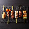 信州・安曇野から毎朝届く新鮮な地鶏「朝一鶏」は全国の地鶏を食べ比べて選んだ至高の食材。備長炭で一本一本丁寧に焼いた串焼きは絶品です。一本120円~。