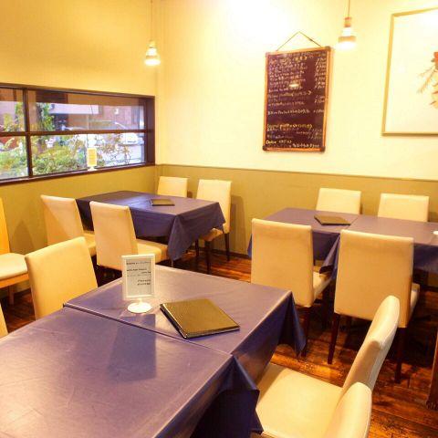 寛ぎやすい落ち着いた店内は、カウンターとテーブル席の2タイプのお席をご用意しております。レイアウト変更もできるので、テーブルを繋げて8名程のお食事会や女子会にもご利用ください。お店まるごと貸切も大歓迎。
