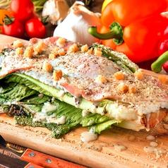 料理メニュー写真焼きロメイン チーズサラダ