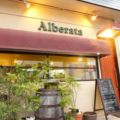 都会の喧騒を抜け出した街のイタリア郷土料理のお店。素材の味を最大限に引き出したシェフの絶品料理が楽しめます。ときにはシェフと楽しいお喋りに、ときには大切なデートや記念日にもぜひ心温まるお料理をご堪能ください。