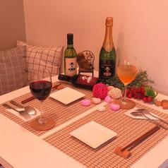カップルにおすすめのテーブル席は白を基調として清潔感抜群◎写真もご要望あればお取りします♪プレートのご用意もできるので、記念日や誕生日のサプライズにも!