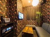 個室カラオケルームはシックな風合いの広々ソファー席