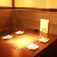仕切りのあるテーブル席は周りを気にせずに、ごゆっくりおくつろぎいただけます。お試しセット 1,600円のコースなどご宴会のシーンに合わせたコースメニューをご用意しております。