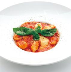 ヘルシーな一皿!ソレント風トマトソースとモッツァレラチーズ・バジリコのニョッキ