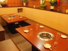 奥には最大8名様迄OKのテーブル席。