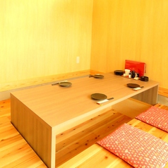 角のお席はパーテーションで半個室風に。