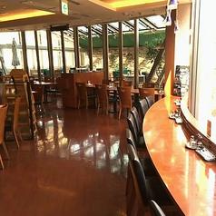 外を眺めてゆったりお食事♪カウンター席は、ひとつひとつのスペースを広めにとっているため、比較的ゆったりご利用いただけます。お一人様も歓迎です♪