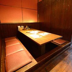 足元ゆったりの掘りごたつ席もご用意しております。こちらはカーテンで仕切られた半個室。小グループでの飲み会にぴったりのお席です。お喋りを満喫したい女子会にも◎