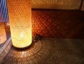優しい照明で安らぎの空間を演出。ごゆっくりお寛ぎ下さい。