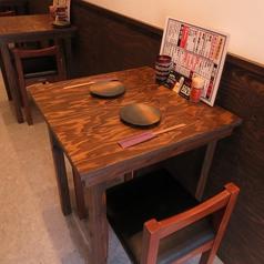 木を基調としたしっかりとしたテーブル。デートやサクのみサク食べでご利用下さい。