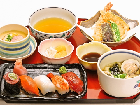 家族連れや仲間とも来やすい、手軽な料金で食べることができる和食のお店