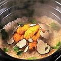 料理メニュー写真生うにと黒トリュフの釜戸炊き土鍋御飯