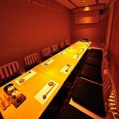 【B1テーブルタイプ】内観にオシャレなテイストも加えた和個室を完備しております♪料理の美味しさを引き立てる内観から生まれる雰囲気も大切にさせていただきました。少人数から中規模の飲み会、接待などにもご好評頂いております。東京駅徒歩2分の当店で仲間とざっくばらんに打ち解ける宴会をお楽しみください♪