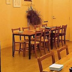 テーブルをつなげて人数のご対応も可能です。肩肘張らない空間と雰囲気です。仲間同士や女子会にも多くご利用いただいております。