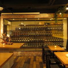 【サク飲み×ワイン】カウンターを臨む人気のダイニングスペースは空間作りにこだわったスペースです。こだわりのワインセラー!お好みの一杯を見つけてみてください。是非Casa Mila名物料理の数々をお楽しみください