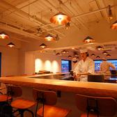【1Fカウンター17席/2Fカウンター22席】 2階カウンター席では職人が「海苔手巻き」をご提供!