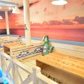 店内に入ると壁の隅々まで海の絵画が描かれております。雰囲気を楽しみながら友達と、仲間と最高に楽しい時間をお過ごしください。