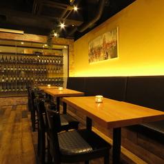 【ソファー席×テーブル席】団体のお客様でもご相談に応じて広く使っていただけます。一部ソファーの席もあり、カウンター席もご用意しております。