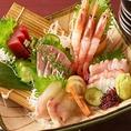 季節に合わせた新鮮素材を毎日、魚河岸や市場で仕入れて質の良いこだわりのお料理とサービスをお手頃に提供します。