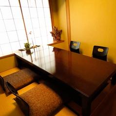 【楓の間】2~4名様で利用可能の掘り炬燵個室は、接待など落ち着いて語りたいシーンに最適です。