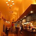 お店に入ると開放感のある広々した店内イタリア・ナポリを思わせる空間は落ち着いた雰囲気をもたらします。オススメメニューは右上の黒板に記載しております
