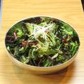 """【9""""36(ギュウサム)】アラカルト:新鮮な野菜のサラダ。シャキシャキの味をご堪能!"""