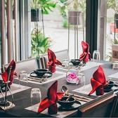 4名様までのテーブル席。各テーブルに仕切りがついているので個室気分では会話も弾み、盛り上がります。仕切りを外せば8名・12名・16名・20名・24名・28名のように中~大規模の宴会用のお席としてご利用いただけます。