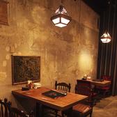 入口すぐの正面テーブル4名席。席を移動して繋げることも可能です。