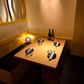 間接照明が輝く個室はテーブルをぐるりと囲むスタイルで一気に親密度が高まります。飲み会や女子会、合コンなどにもおすすめの個室です。