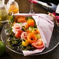 料理メニュー写真生ハムフラワーとプチトマトのブーケサラダ~チーズフォンデュを添えて~