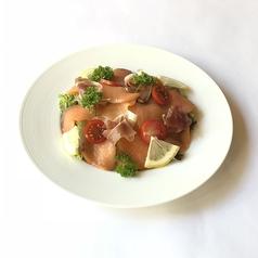 料理メニュー写真生ハムとスモークサーモンのサラダ