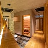 【古都・京の町並み】 『じぶんどき 横浜店』は完全個室完備の落ち着いた隠れ家ダイニングです!はんなり大人の和空間で、ヘルシーで美味しい京料理をご堪能ください。2時間飲み放題付きのお得なご宴会コースを多彩にご用意しております◎日本酒・焼酎・創作和カクテルなど種類豊富なドリンクもご用意!