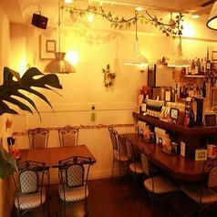 【テーブル席】3,4名様ならこちらのテーブル席がおすすめ!!ワインや自慢のパクチーサワー片手におつまみや大人気のグリーンカレーをどうぞ☆間接照明の落ち着いた雰囲気でゆっくりお過ごし下さい。