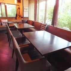 4名テーブル×各3卓ございます。シーンに合わせて最大12名様までご一緒にお座りいただけます。窓側はソファになっておりますのでゆったりとくつろぐことができます♪女子会、宴会、2次会などにピッタリです!