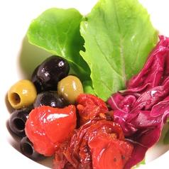 料理メニュー写真自家製ドライトマトとオリーブのオイルマリネ