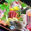 料理メニュー写真当店自慢の市場直送地魚刺身盛り合わせ