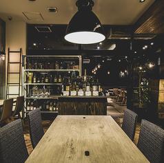 店内中央部にある大きなワインディスプレイの近くのお席。こだわりの日本産ワインをすぐに見れる、ワイン好きにはもってこいのテーブル席。