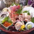 """【新鮮】自慢のお魚★季節の訪れを感じさせる旬の魚を盛り合わせ「旬を愉しめる料理」をモットーに、日々厳選した食材を仕入れお客様にご提供します。食材本来の良さを引き出しながら、更に新しい提供方法による""""感動""""をお客様にご提供しています。料理に合う旨い酒もご用意しております【静岡 新静岡 飲み放題 海鮮】"""