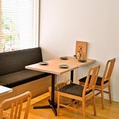 窓際にはゆったり座れるベンチソファと椅子のテーブル席をご用意しております。テーブルを連結することもでき、20名様程度でまとまってご利用頂けます。【4名様×5卓/2名様3卓】