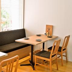 窓際にはゆったり座れるベンチソファと椅子のテーブル席をご用意しております。テーブルを連結することもでき、中団体でもご利用頂けます。