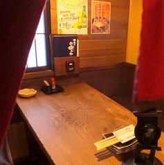 2名様~4名様の個室風ボックス席。暖簾がプライベート感を演出。