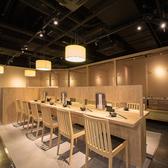 12席あるカウンター席は、一人で訪れてもゆっくりとくつろぐことのできる空間。仕事の合間のランチにオススメです。