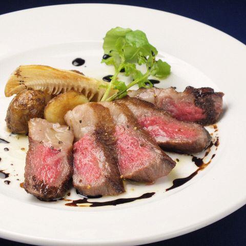 シェフが腕をふるって作る料理は至極の一品。素材を活かした極上の味をぜひご賞味ください。