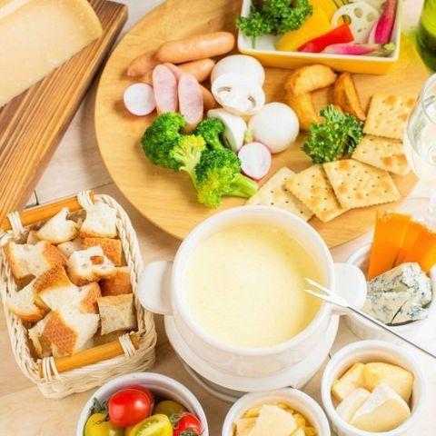 期間限定で「チーズフォンデュ」を提供!オリジナルのチーズソースが程よく絡んだ人気の一品です。合鴨の上品な甘みとオレンジのほのかな酸味が絶品の本格フランス料理。ポテトケーキと合わせることで、よりしっとりした食感を味わうことが出来ます。