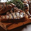 当店自慢の赤身肉の炭火焼きは塩と胡椒とバルサミコでシンプルに味付けた一品♪