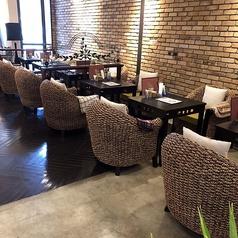 ゆったりと落ち着けるテーブル席。おくつろぎいただきやすいよう、おひとり様づつの椅子席となっております。居心地の良さについ時間を忘れてしまう空間です♪