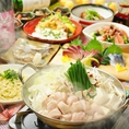 <博多名物!もつ鍋で宴会>寒い季節にぴったり♪男女ともに人気のもつ鍋がコースでお楽しみいただけます!〆はやっぱり、ちゃんぽんで!!麺と旨味が凝縮されたスープがからんでたまらない旨さ!!冬の宴会はもつ鍋で決まりっ★もつを石鍋で焼き、そのあとに出汁を入れるという、一風変わった「石焼もつ鍋」も大人気!!