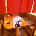 4名様の個室風テーブル席。暖簾がプライベート感を演出。
