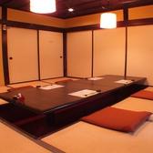人気の掘り炬燵のお部屋、2名から8名様でご利用いただけます。また、間仕切りを外せば最大16名様まで収容可能です。