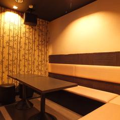 6名様まで対応可能なこちらのタイプのお席は接待利用にご利用下さい。落ち着いた雰囲気の個室でごゆっくりとお寛ぎ下さい。